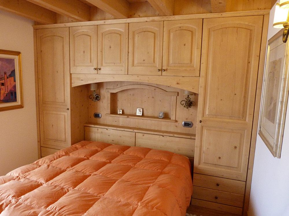 Realizzazione mobili su misura per camere da letto for Camera da letto matrimoniale in mansarda